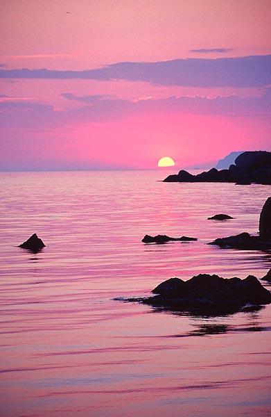 Růžové moře v zapadajícím slunci
