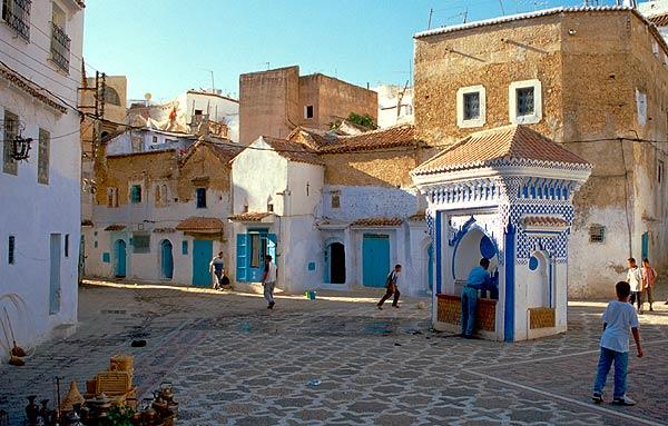Kašna na malém náměstí v medině
