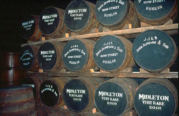 Irská whiskey zraje v dřevěných sudech
