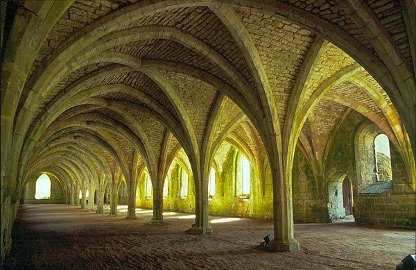 Krytá chodba v klášteře Fountains Abbey