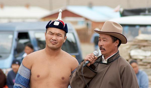 Mongolský zápasník a jeho asistent