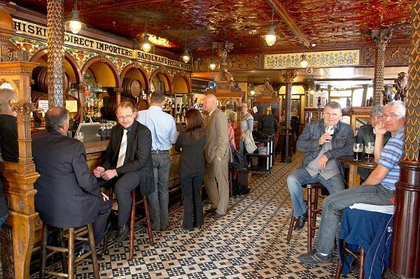 Na baru Crown Liquor Saloon