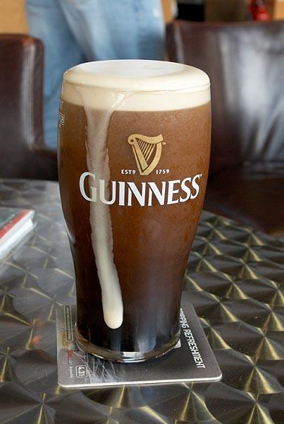 Právě natočená pinta Guinness