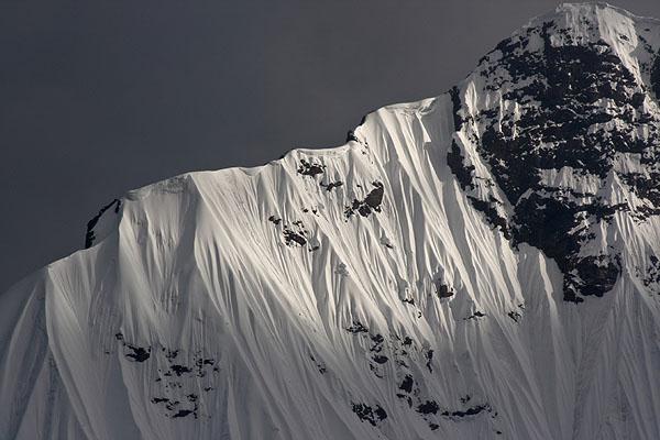 Zasněžený horský sráz