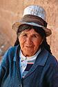 Indiánská babička v bílém cylindru