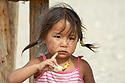 Mongolská holčička s kouskem sýra