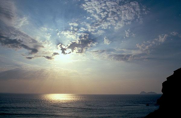 Lybijské moře a slunce v mracích