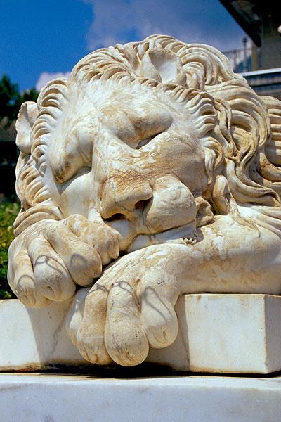 Spící lev před palácem v Alupce