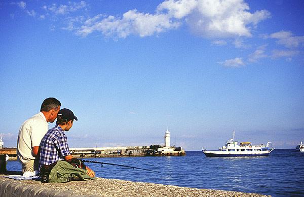 Jalta, rybáři v přístavu