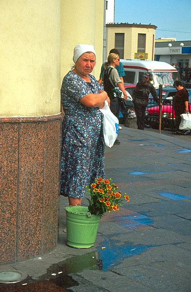 Bábuška prodává květiny u metra