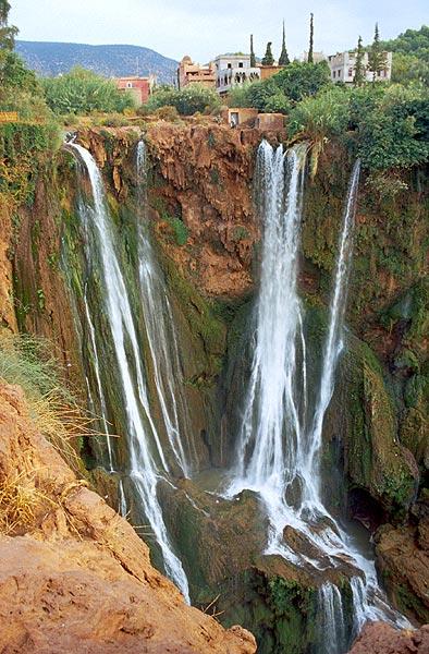 Sto metrů padající vody