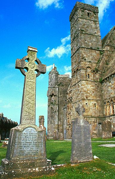 Keltský kříž a Cormac´s Chapel