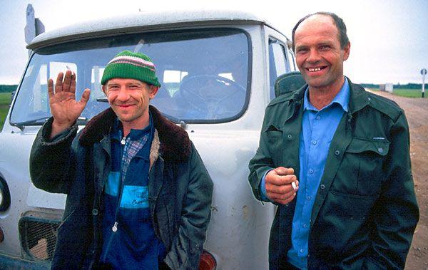 Sibiřští mužici před vozem UAZ