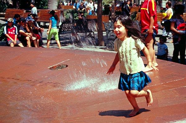 Holčička ve fontáně