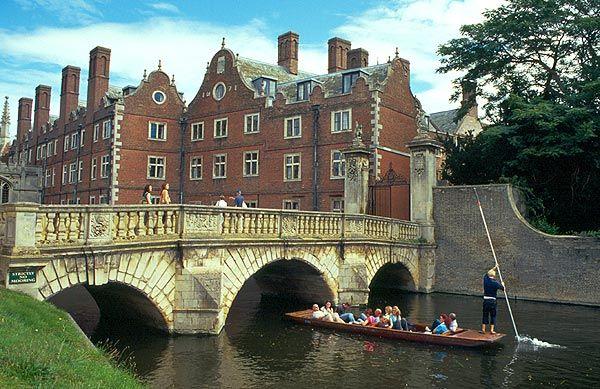 Pramice na říčce Cam v Cambridge