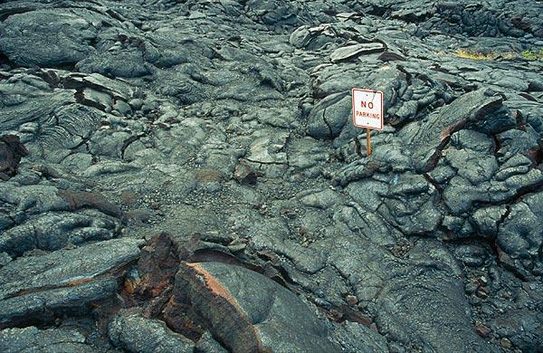 Dopravní značka v lávovém poli