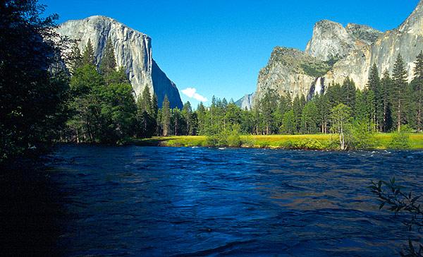 Yosemitské údolí s řekou Merced