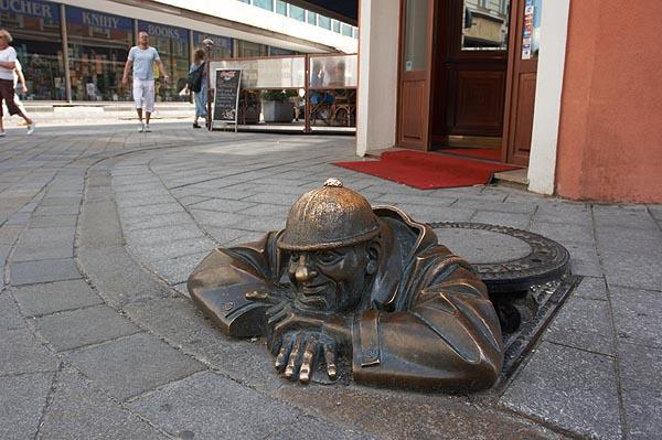 Čumil, socha čumící z kanálu