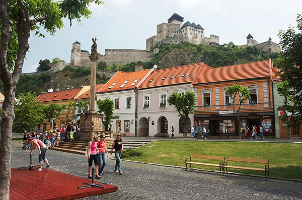 Trenčín, Mierové namestie a hrad