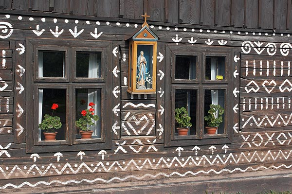 Okna a soška Madony