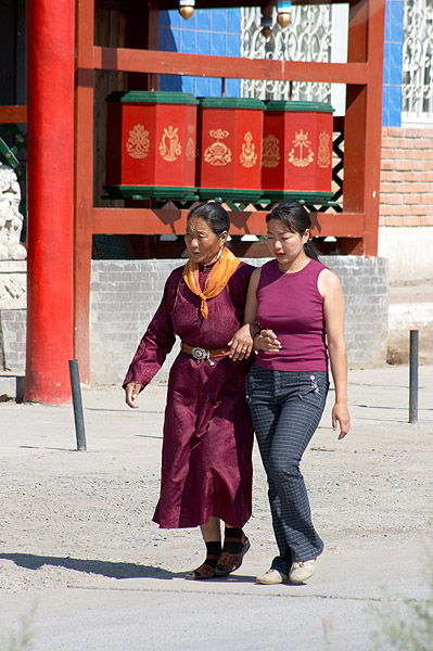 Mongolské ženy cestou do chrámu
