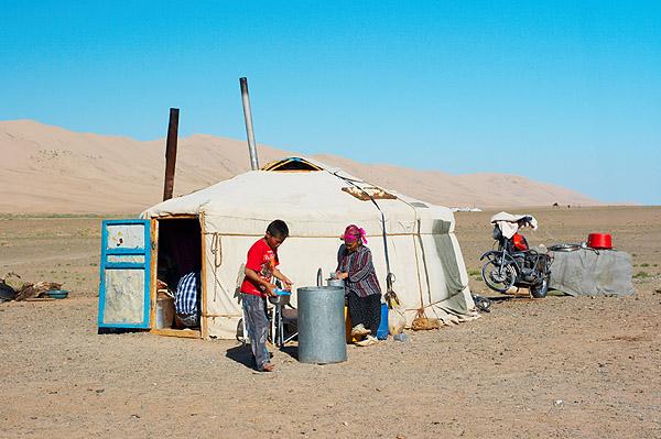 Barel s vodou před jurtou v poušti