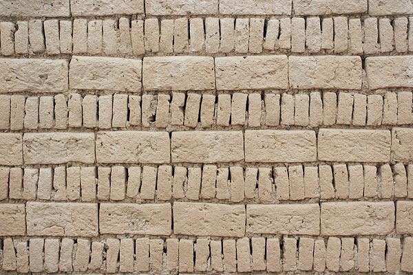 Zeď z nepálených cihel adobe