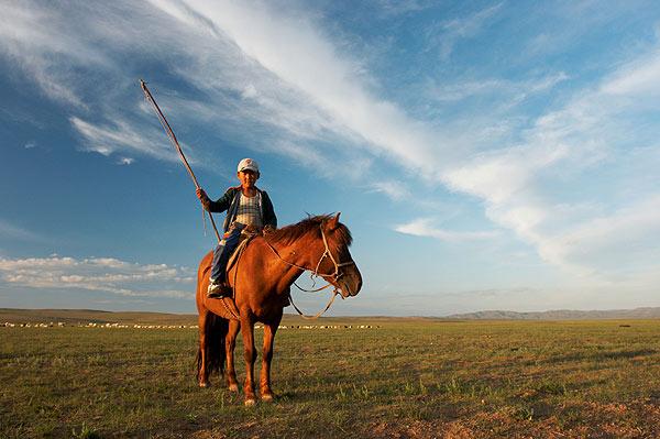 Malý pastevec na koni