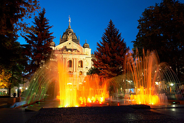 Košice, večer u zpívající fontány