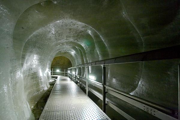 Chodník v ledovém tunelu