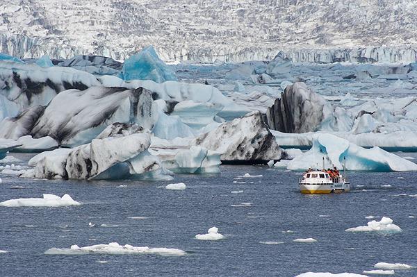 Loď na hladině Jökulsárlón