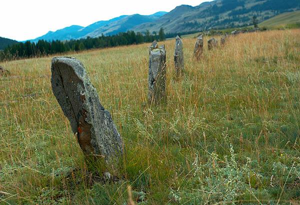 Řada kamenných sloupků - nepřátel