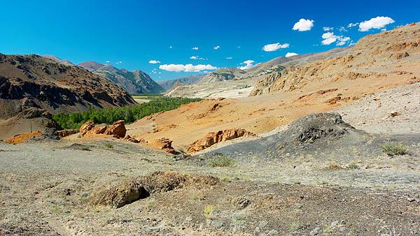 Barevné hory nad údolím Čuji