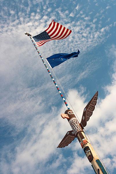 Totem a vlajka USA i Aljašky