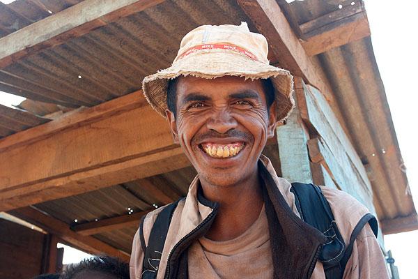 Vysmátý malgašský chlapík