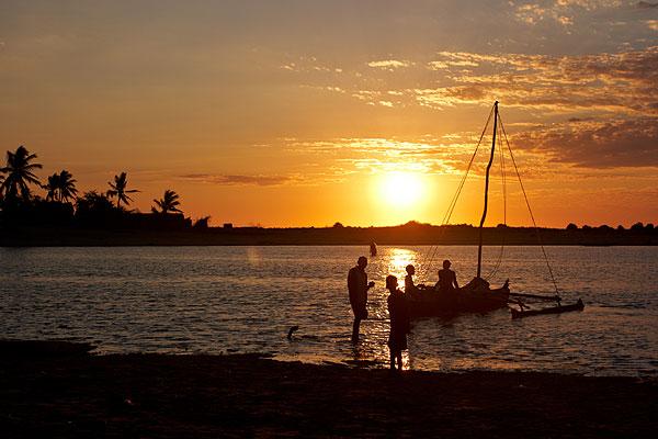 Rybáři v západu slunce