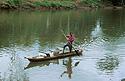 Domorodec na dřevěném člunu