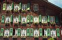 Okna švýcarského alpského domu