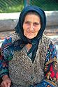 Vesnická babička v šátku