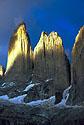 Vycházející slunce osvětluje stěny Torres del Paine
