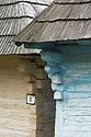 Detail trámů roubené chalupy