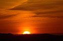 Slunce zapadající za horami